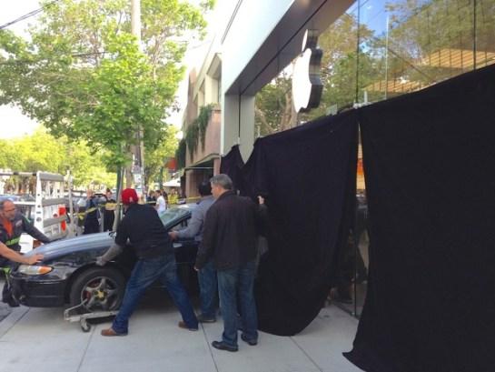 Applestorerapinato 620x465 Derubato lApple Store di Berkeley in California. Sfondata la vetrina con unauto.