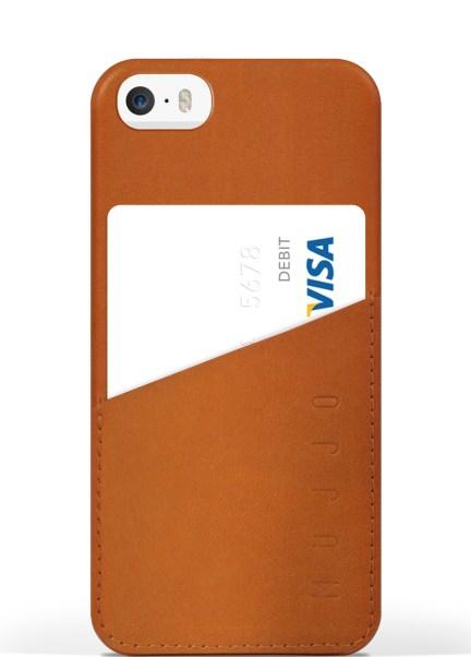 iPhone 5s Leather Wallet Case Tan Studio 001 620x863 Una cover e un portafoglio in un unica soluzione con Mujjo