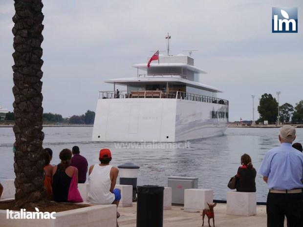 yatch venus steve jobs brindisi 05 620x465 Le foto esclusive di Italiamac dello Yatch Venus di Steve Jobs (ora di Laurene) ormeggiato nel porto di Brindisi nellAdriatico