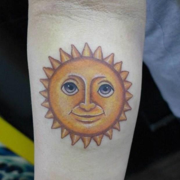 Emoji Tattoo Sun 620x620 Ecco 15 tatuaggi di Emoji che vi lasceranno senza parole