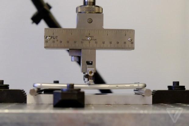 appletest1 620x413 [Video] Apple spiega come vengono eseguiti i test di resistenza e piegatura per iPhone 6 Plus