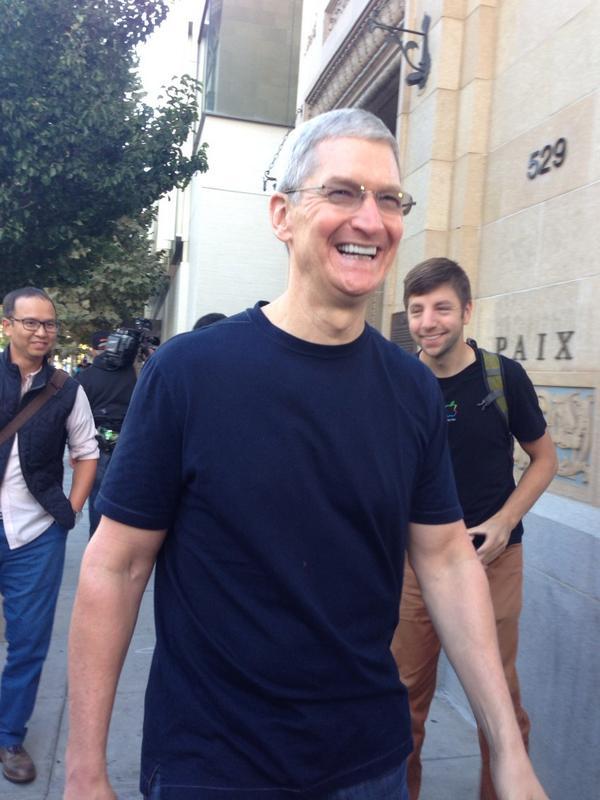 dayone5 Il CEO di Apple, Tim Cook, insieme a Angela Ahrendts, nuovo SVP di vendita al dettaglio e dello Store online, hanno visitato l'Apple Store di Palo Alto