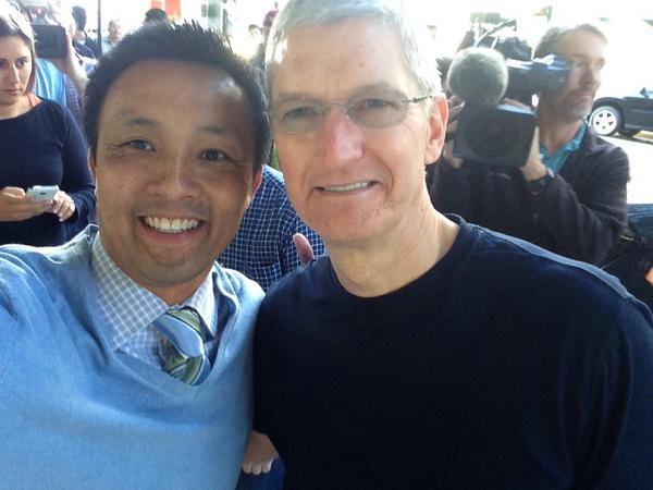 dayone6 Il CEO di Apple, Tim Cook, insieme a Angela Ahrendts, nuovo SVP di vendita al dettaglio e dello Store online, hanno visitato l'Apple Store di Palo Alto