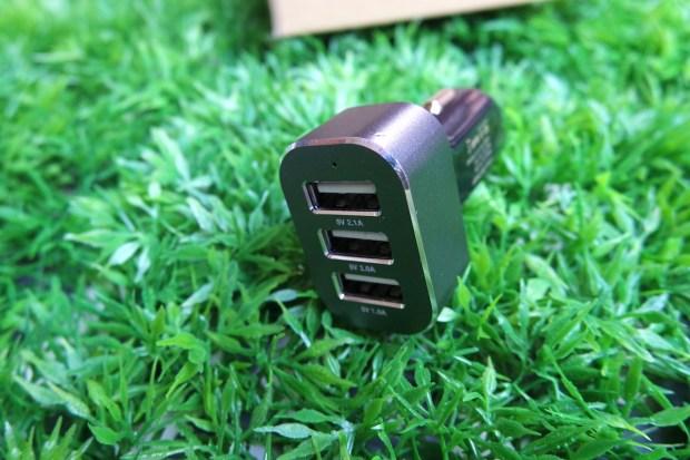 EasyAcc9 620x413 Easy Acc: Caricabtteria da Auto con 3 porte USB in grado di erogare 5.1 A di potenza
