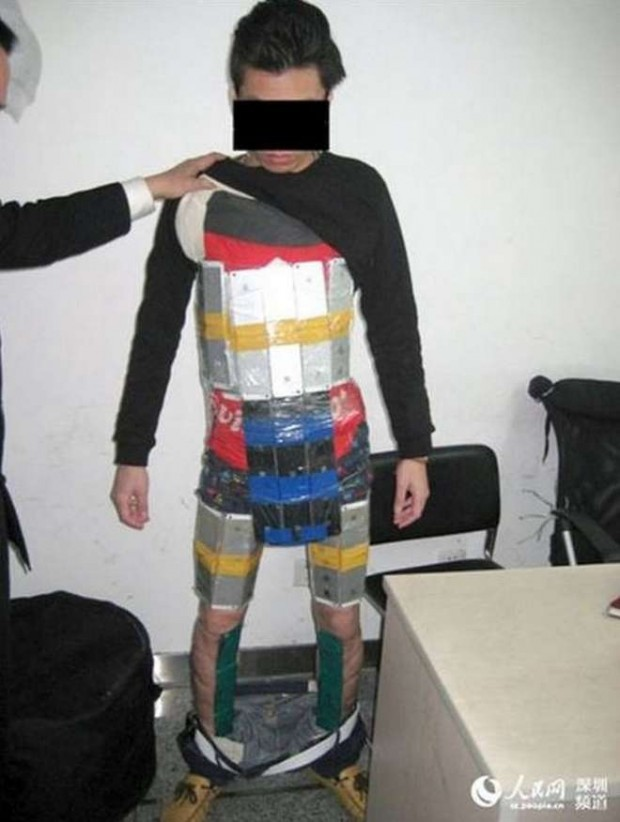 contrabbandoiphone 620x822 Cina, fermato alla frontiera con una armatura di iPhone di contrabbando