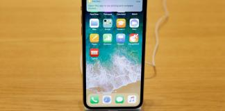 iPhone X su un tavolo in un Apple Store di New York