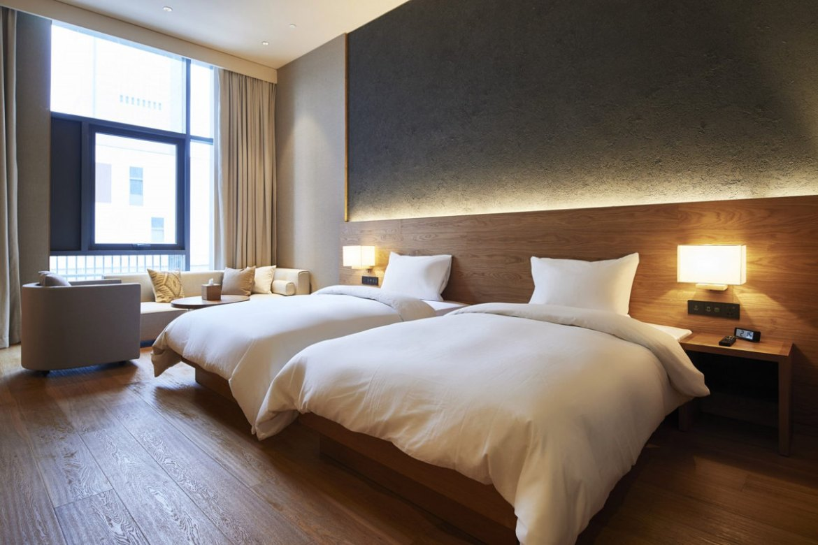 Hotel room design trends what travellers want in their for Minimalist hotel room design