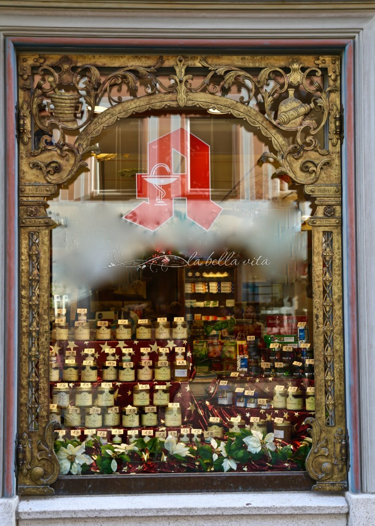 just look at the exquisite workmanship of this store window!