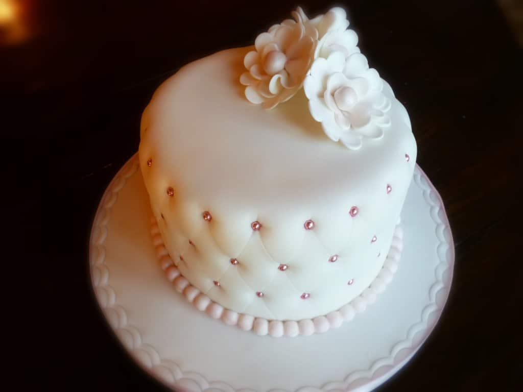 Con la pasta di zucchero avanzata potete realizzare dei decori. Torta Effetto Trapunta Di Pasta Di Zucchero Italian Cakes