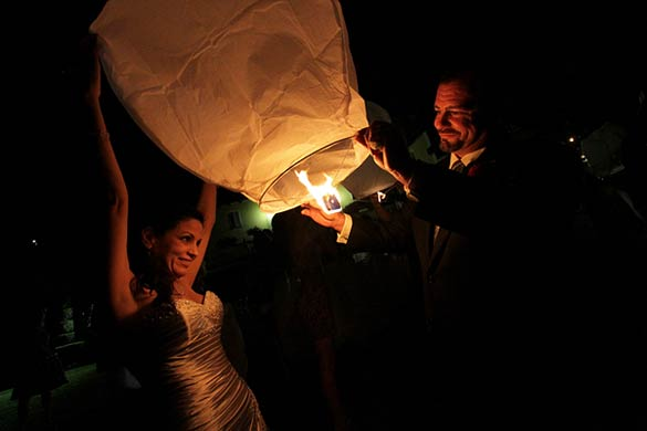 flying-lanterns-for-wedding-in-Piedmont-Italy