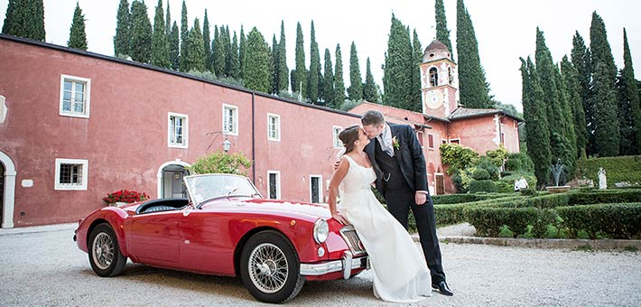 A lively wedding among Valpolicella Country side and Lake Garda hills with a touch of red color