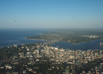 Veduta aerea di Dar es Salaam. Foto: By Roland - P6210633, CC BY-SA 2.0, https://commons.wikimedia.org/w/index.php?curid=11308778