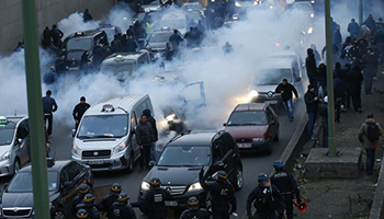La protesta contro la APP di trasporto privato. Tassisti contro Uber, Parigi finisce in guerriglia