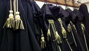 Toghe di magistrati appese in un ufficio del Tribunale di Roma in una immagine di archivio. ANSA / ALESSANDRO BIANCHI