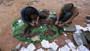 Rebel fighters arrange shells on the outskirts of the northern Syrian town of al-Bab, Syria January 26, 2017. REUTERS/Khalil Ashawi - RTSXILT