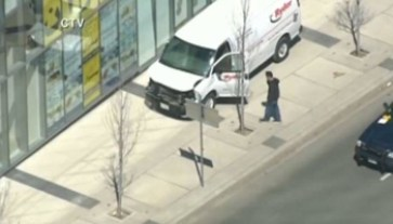 In un frame tratto dal profilo twitter della Ctv news il furgone bianco che a Toronto ha investito almeno dieci passanti sul marciapiede, 23 aprile 2018. ANSA/TWITTER/CTV NEWS +++ ANSA PROVIDES ACCESS TO THIS HANDOUT PHOTO TO BE USED SOLELY TO ILLUSTRATE NEWS REPORTING OR COMMENTARY ON THE FACTS OR EVENTS DEPICTED IN THIS IMAGE; NO ARCHIVING; NO LICENSING +++