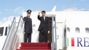 16/04/2015 Washington, il presidente del Consiglio Matteo Renzi scende dall'aereo