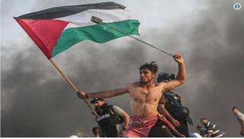 Gaza, il ragazzo con la bandiera come la Libertà di Delacroix. Lo scatto diventa virale