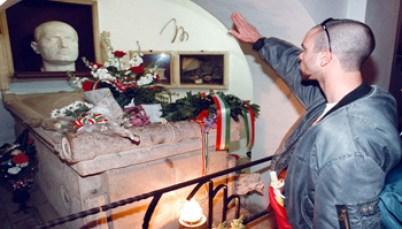 Gruppo Neo Nazisti - C_2_articolo_311099_upiImagepp - www-tgcom24-mediaset-it - 350X200