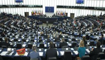 """Parlamento Ue si tiene le pensioni (privilegiate). Pd si spacca, sei votano con M5S e Lega: """"I politici paghino contributi"""""""