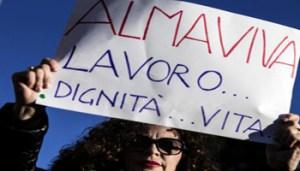 La partenza del corteo da piazza della Repubblica per la manifestazione di protesta dei dipendenti di Almaviva, Roma, 21 gennaio 2017. ANSA/ ANGELO CARCONI