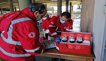 Da un giorno all'altro in coda per il pacco della Croce Rossa