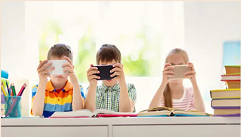 Tokyo, il 70% dei bambini è miope. Troppo tempo passato davanti al cellulare