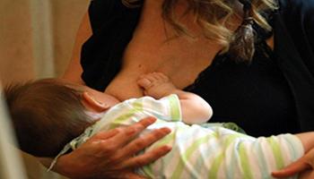 Vaccino Covid, no segni nel latte materno: lo studio