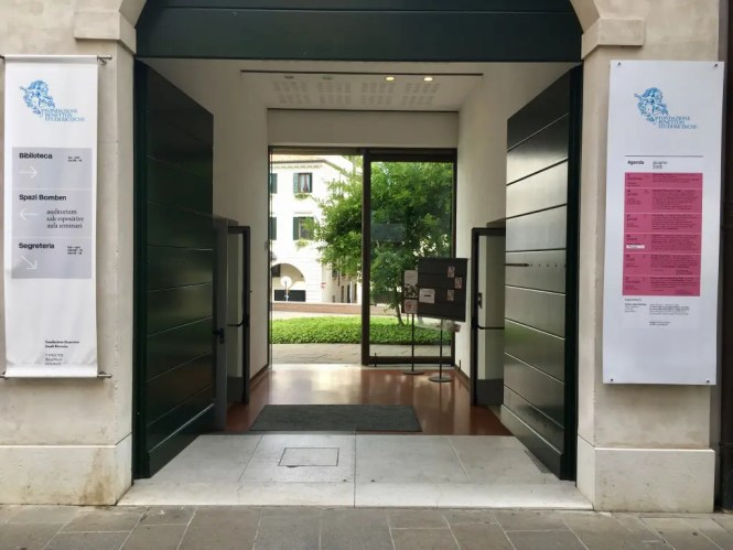 1 The entrance to the Fondazione Benetton Studi e Ricerche on Via Cornarotta
