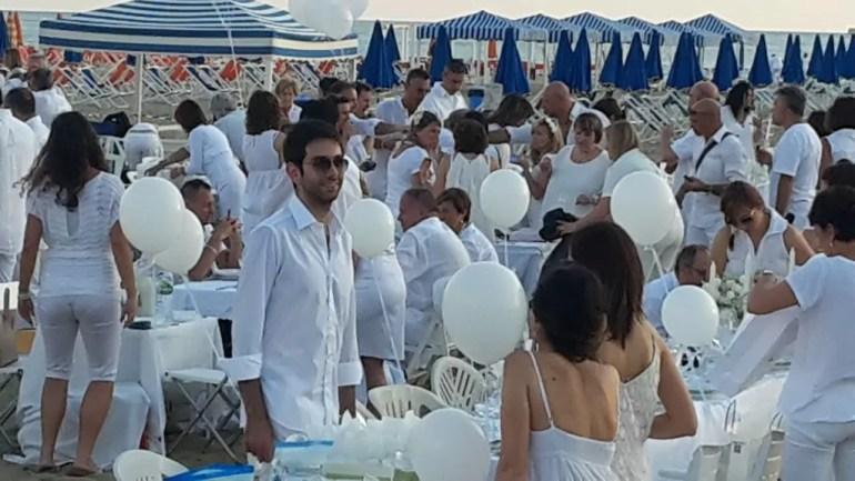Il white party di Viareggio: una volta all'anno tante persone vestite di bianco si incontrano per condividere la cena in nome della solidarietà (ph. In24/P. Russo)