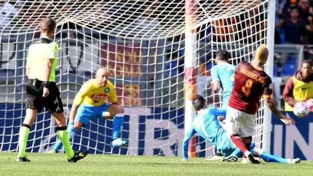 Juve, Roma, Napoli, il gol di Nainggolan, al 44' della ripresa. LaPresse