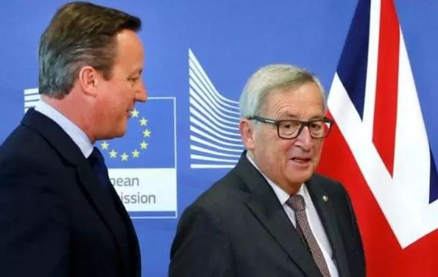 Il premier francese Francois Hollande e il presidente della Commissione europea Jean Claude Juncker a Bruxelles durante l'incontro su Brexit