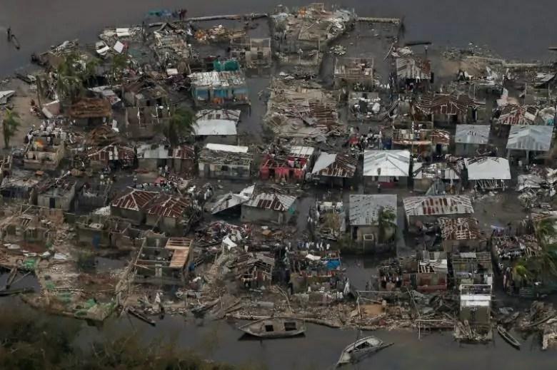Un villaggio di Haiti distrutto dall'uragano Matthew il 6 ottobre (ph. Reuters / Carlos Garcia Rawlins)