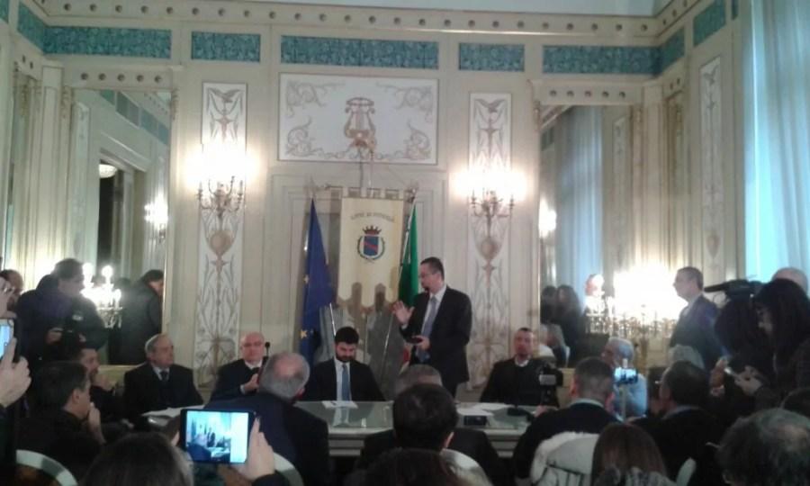 La conferenza stampa di presentazione della trasmisione Rai dell'ultimo dell'anno a Potenza: in piedi il presidente della Regione Marcello Pittella, di fianco a lui il direttore di RaiUno Andrea Fabiano e il sindaco di Potenza Dario De Luca.