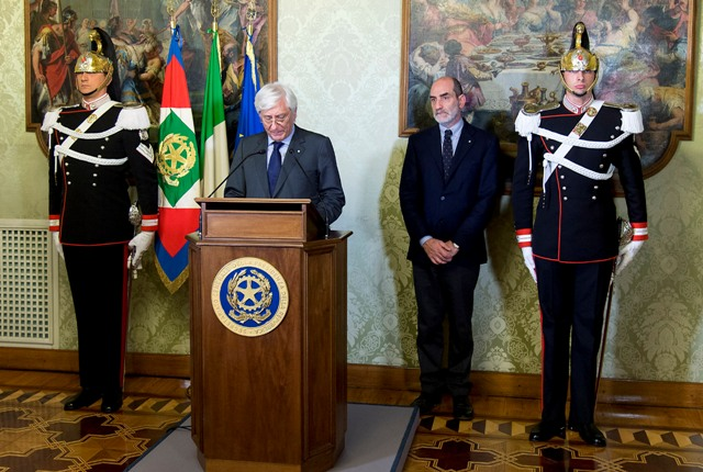 Il Segretario generale del Quirinale Ugo Zampetti annuncia le dimissioni del Primo ministro Matteo Renzi al Presidente della Repubblica Sergio Mattarella (ph. AFP/Ufficio stampa Quirinale)