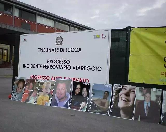 Le foto delle 32 vittime della strage di Viareggio del 29 giugno 2009 posizionate all'ingresso del Polo Fiere di Lucca dove si svolge il processo (ph.In24/Daniela Francesconi)