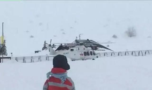 L'elicottero del 118 precipitato sulle montagne dell'Aquila, fotografato poco prima che precipitasse (ph. Ansa)