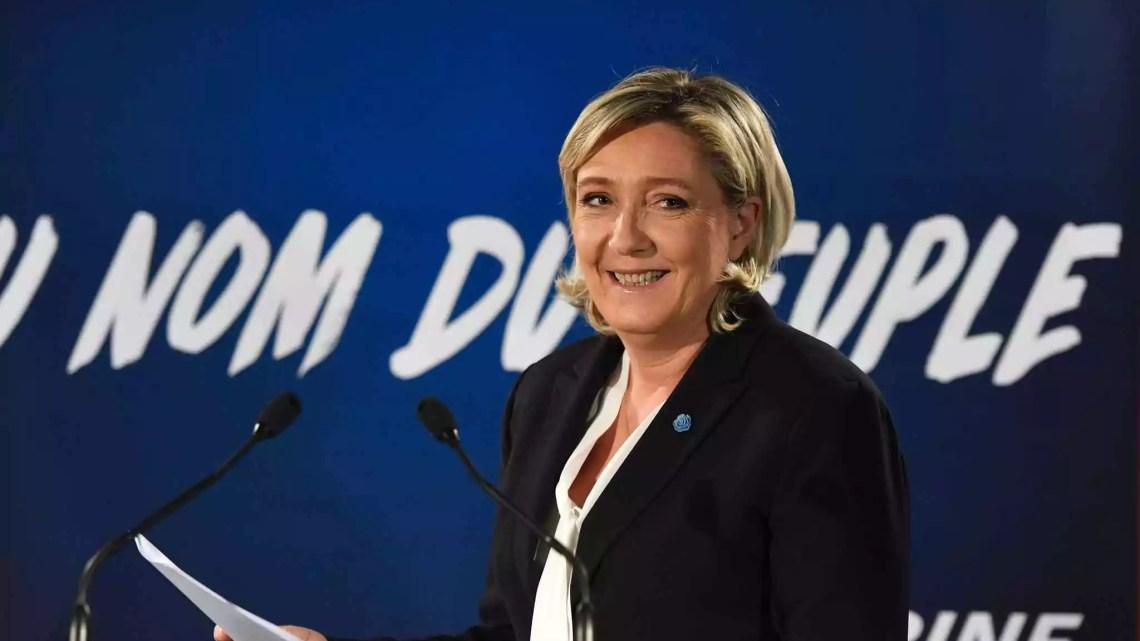 Marine Le Pen parla alla stampa il 4 gennaio 2017 (ph. Afp / Alain Jocard)