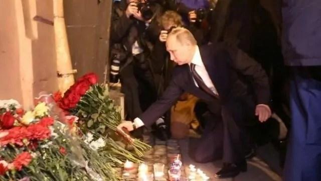 Putin depone fiori a San pietroburgo