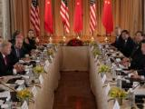 Al vertice Usa - Cina le delegazioni guidatre da Donald Trump e Xi Jinping nella proprietà di Trump in Florida (ph. Reuters).