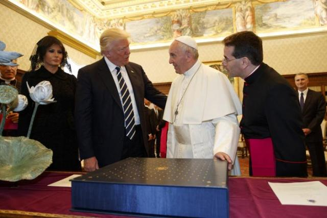 Lo scambio di doni tra papa Francesco e i coniugi Trump.