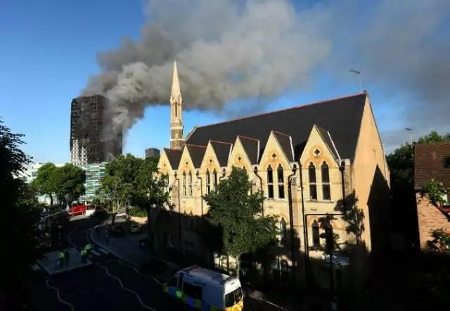 L'edificio di North Kensington avvolto dal fumo e dalle fiamme (ph. Reuters).