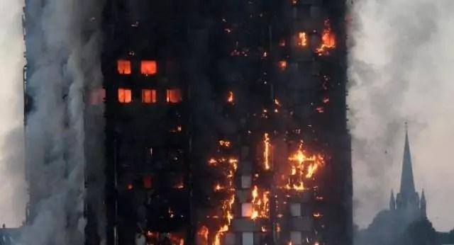 Inferno di cristallo: l'edificio avvolto dalle fiamme dell'incendio scoppiato la scorsa notte a Londra (ph. Reuters).