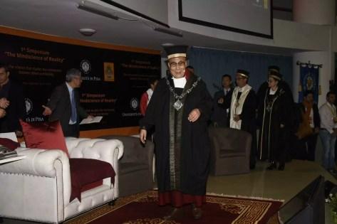 Il Dalai Lama in toga e tocco all'università di Pisa (ph. Unipi).