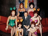 Hugh Hefner e le conigliette a Chicago nel 1960 (ph. Playboy).