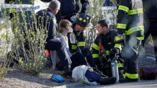 Una donna riceve i primi soccorsi dopo che è stata investita dal furgone dell'attentatore a Lower Manhattan, New York (ph. Reuters / Brendan McDemid).