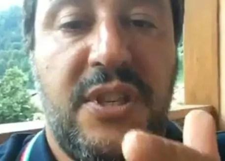 Un fotogramma tratto dalla diretta di Matteo Salvini su Facebook (ph. Ansa).