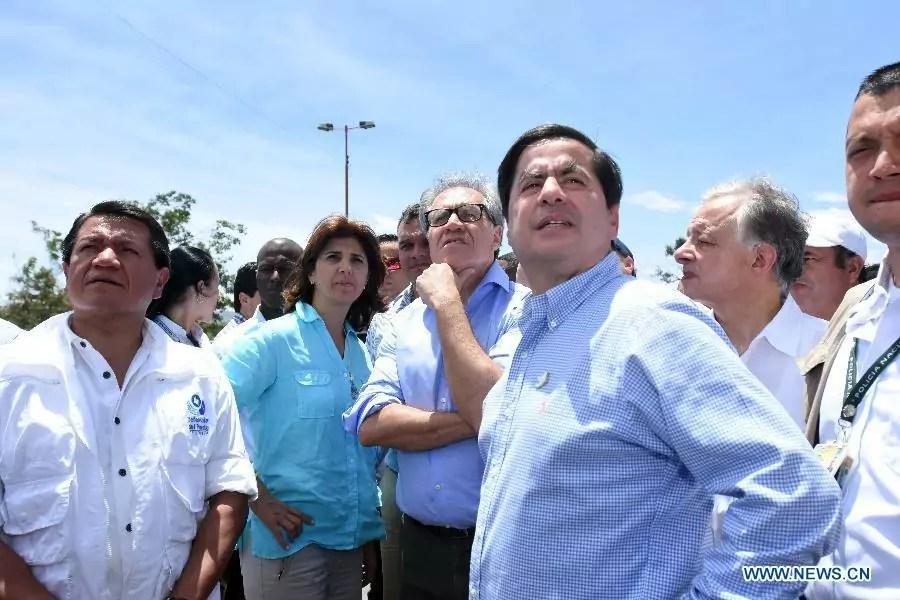 Il segretario generale dell'Oas Luis Almagro insieme al ministro degli Esteri della Colombia Maria Angela Holguin in visita ai campi profughi a Cucuta (ph. Oas).