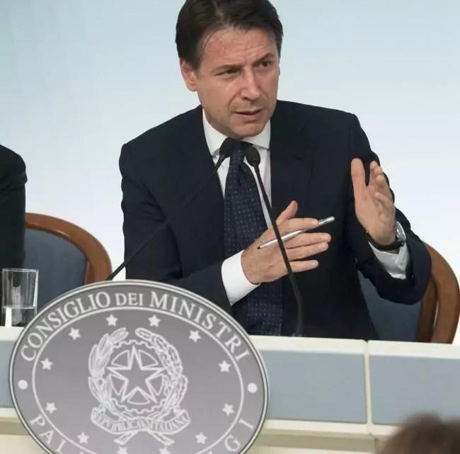 Il presidente del consiglio Giuseppe Conte in conferenza stampa (ph. Palazzo Chigi).