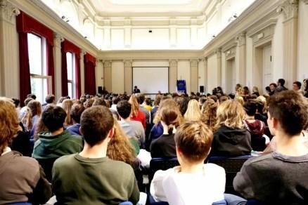 Cerimonia di intitolazione del Digital Storytelling Lab nell'aula magna del liceo Stellini.